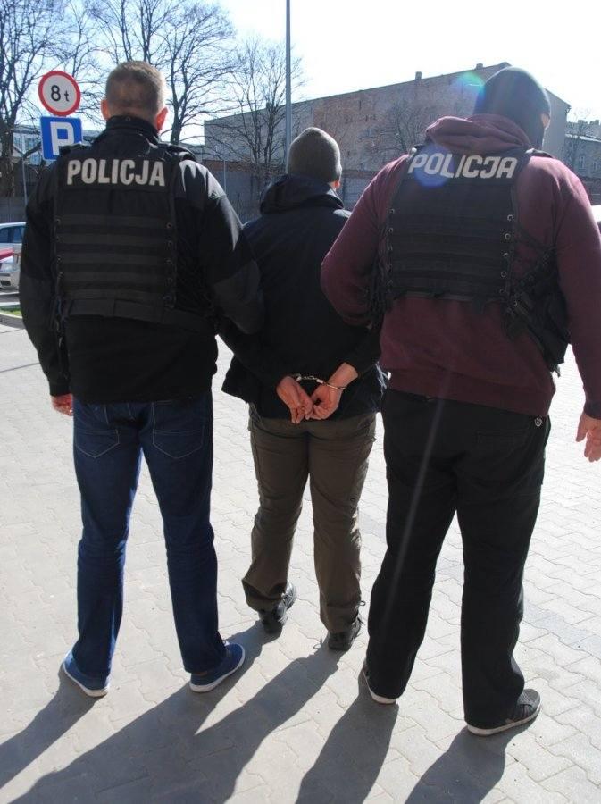 Fałszywe alarmy bombowe w Łodzi. Policjanci zatrzymali dwóch sprawców, którzy podrzucali podejrzane paczki [ZDJĘCIA]