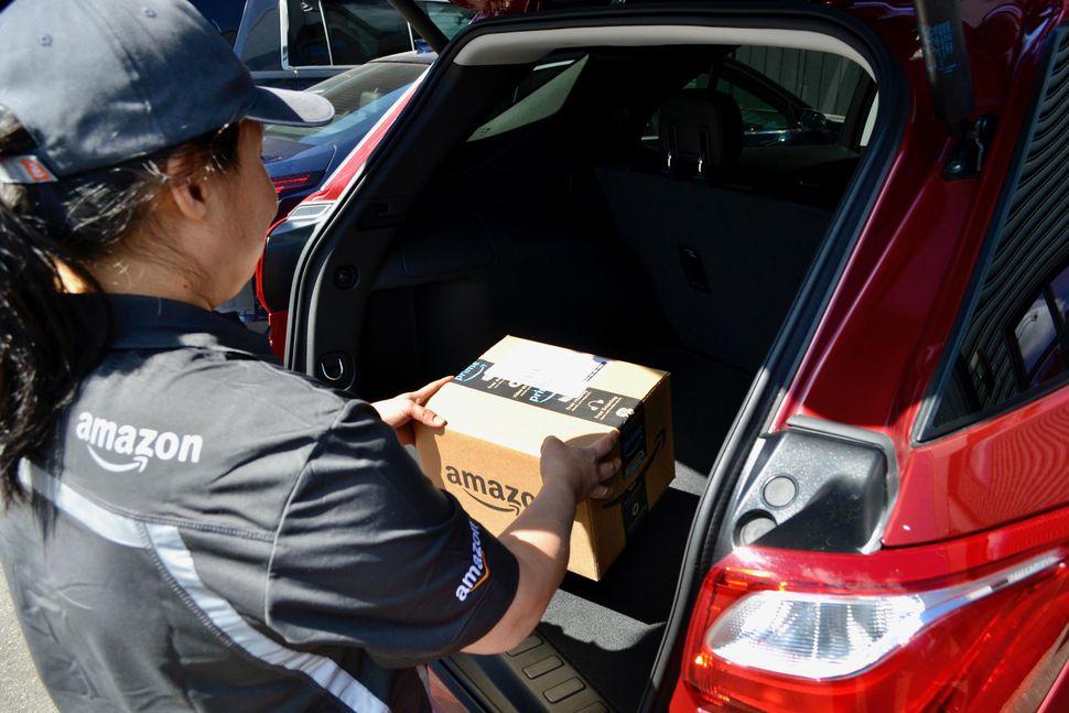 Amazon dostarcza przesyłki do samochodów klientów