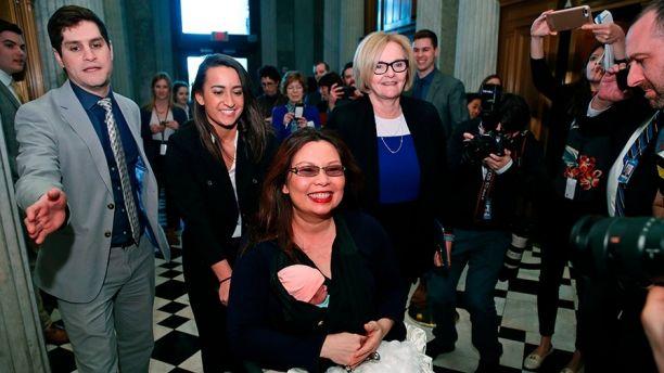 Tammy Duckworth jako pierwsza senator uczestniczyła w głosowaniu z dzieckiem