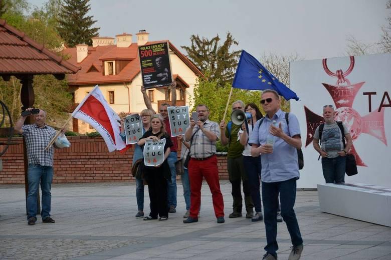 """Pikieta KOD """"powitała"""" wicepremiera Glińskiego w Sandomierzu. Plakat i okrzyki"""