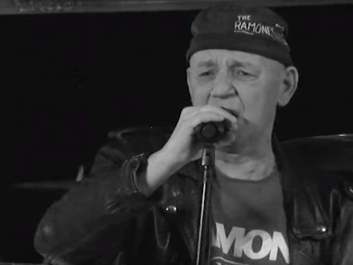 """Zmarł wokalista legendarnego zespołu punkrockowego Defekt Muzgó Tomasz """"Siwy"""" Wojnar. Miał 53 lata"""