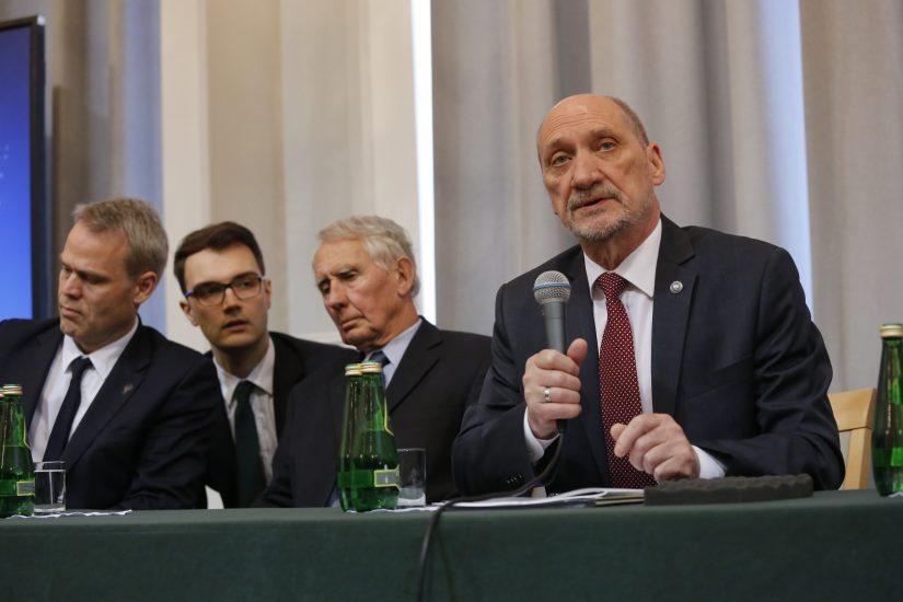 Antoni Macierewicz nie wskazuje winnych. Konferencję transmitowały wszystkie stacje poza… Telewizją Publiczną