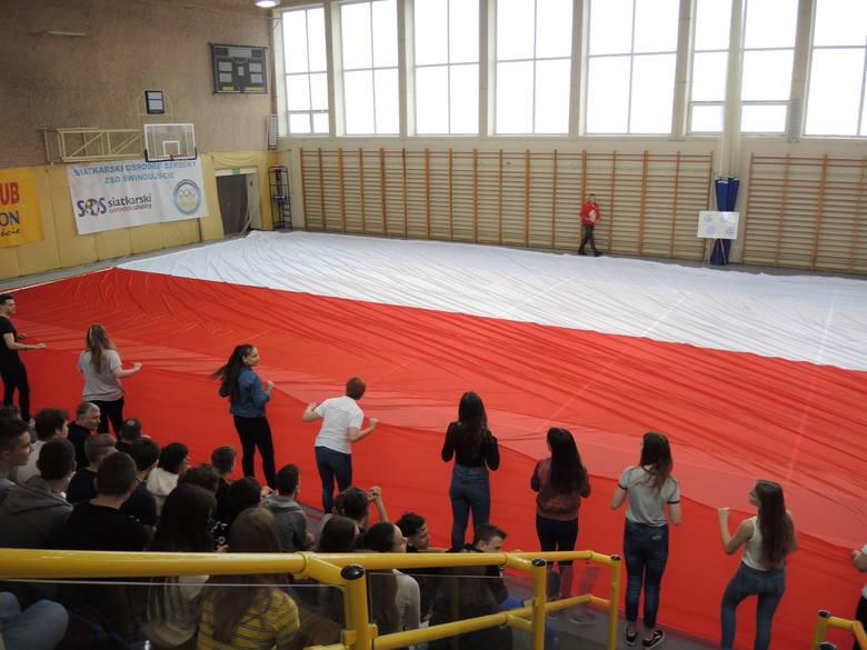 Największa biało-czerwona flaga na świecie, zawiśnie na świnoujskiej latarni morskiej