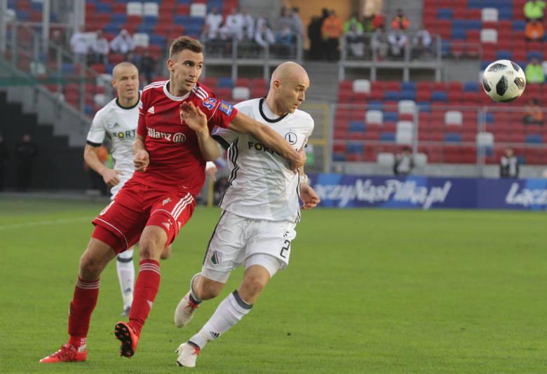 Już w sobotę poznamy piłkarskiego mistrza Polski. Duże kontrowersje wzbudza ceremonia wręczenia trofeum i medali