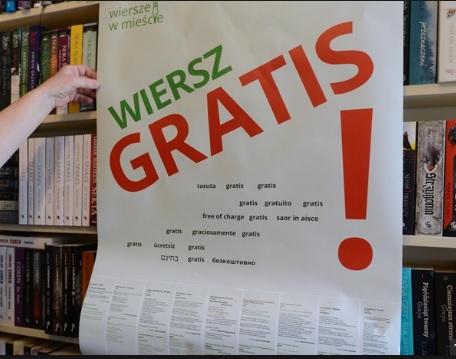 """W Warszawie trwa projekt """"Wiersze w mieście"""". Rozdawano ponad 100 tysięcy kartek z wierszami 18 europejskich poetów"""