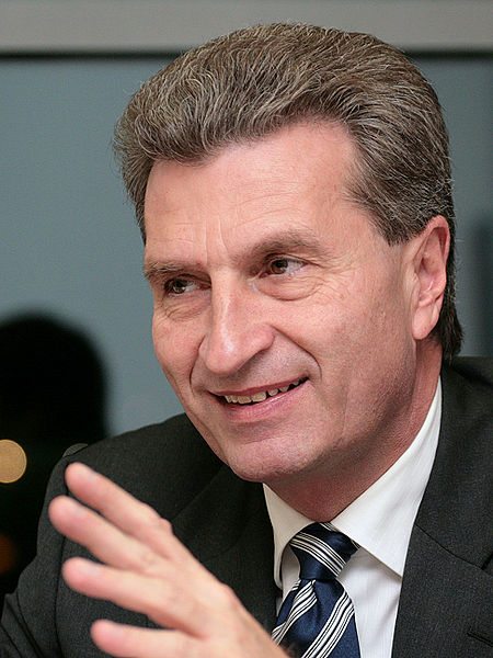 Burza po słowach unijnego komisarza, który poucza włoskich wyborców. Polaków można, innych nie?