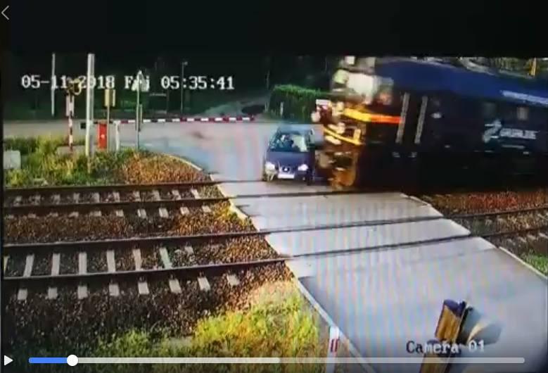 Śląsk: Tragiczny wypadek w Blachowni. Samochód osobowy wjechał pod pociąg. NAGRANIE!