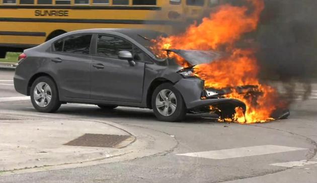 Pożar samochodu na skutek policyjnego pościgu w dzielnicy Garfield Park