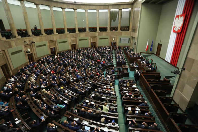 """Obniżka pensji parlamentarzystów staje się faktem. Sprawdź ile stracą """"wybrańcy"""" narodu"""