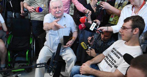 """Lech Wałęsa spotkał się z protestującymi w Sejmie. """"W 2012 chciał ich pałować"""""""