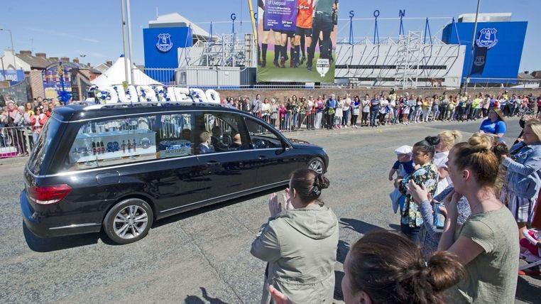 Tłumy kibiców Evertonu żegnały Alfiego Evansa. Trumna z ciałem zmarłego chłopca przyjechała na Goodison Park