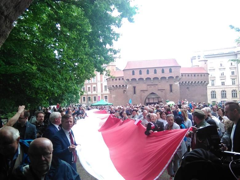 Kraków bije rekord długości biało-czerwonej flagi