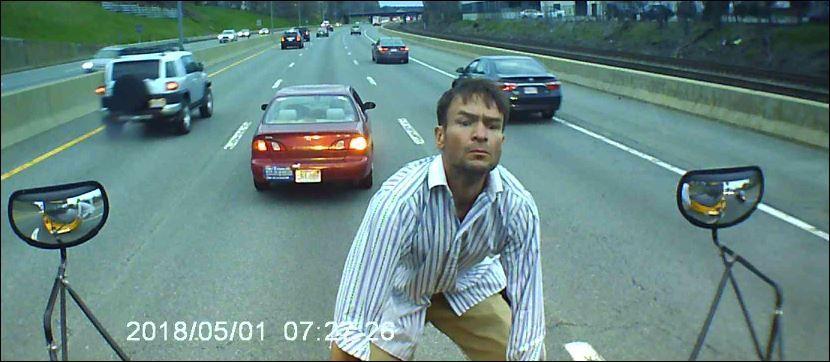 Zatrzymał się na środku drogi i wszedł na maskę autobusu szkolnego (wideo)