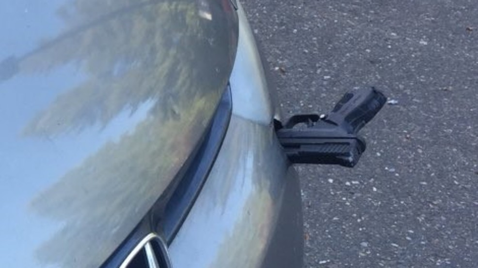 Ktoś rzucił pistoletem. Broń wbiła się w jadące auto