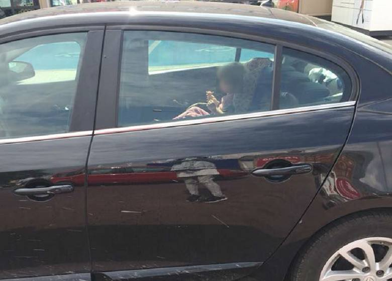 Czy można zbić szybę ratując dziecko z rozgrzanego auta?