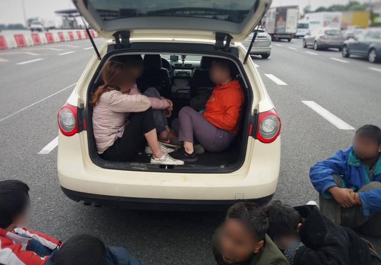 Przemyśl: Dziewięcioro nielegalnych imigrantów z Azji w jednym samochodzie. Czworo jechało w bagażniku