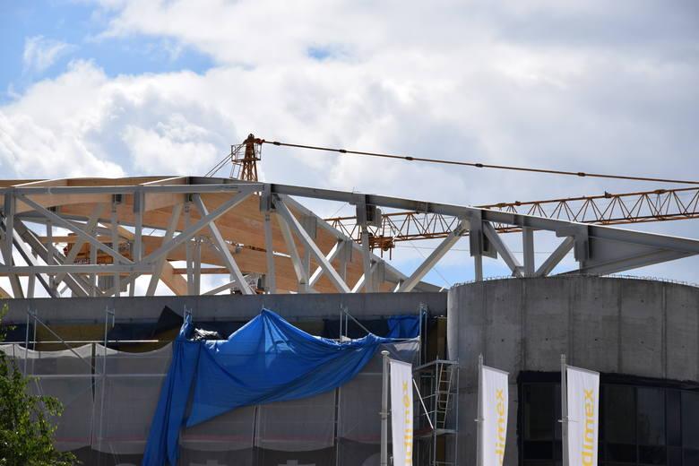 Tarnów: Konstrukcja dachu nowo budowanej hali wygina się. Przyczyna nieznana… [FOTO]