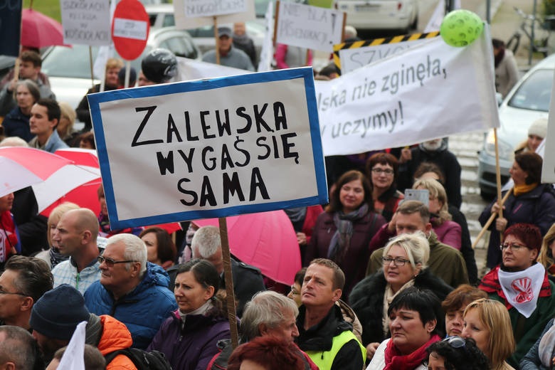 Protest nauczycieli we Wrocławiu. Solidarność żąda odwołania minister Zalewskiej i większych zarobków