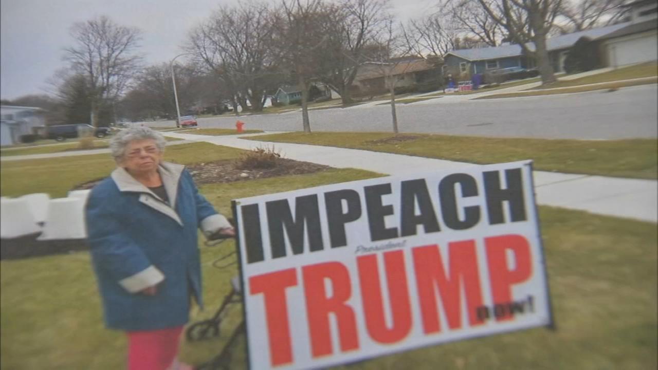 """Władze Elgin nakazały 94-letniej kobiecie usunięcie napisu sprzed domu """"Impeach President Trump Now!"""""""