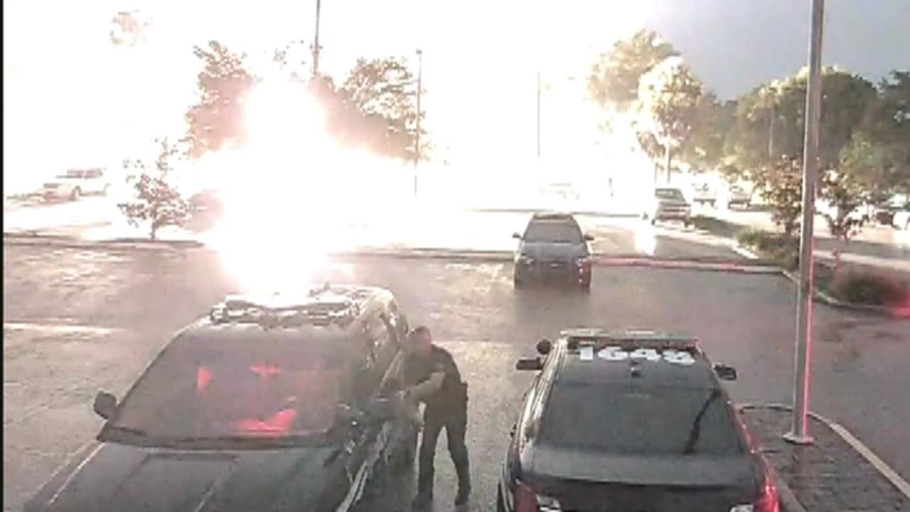 Piorun omal nie uderzył w policjanta na Florydzie (wideo)