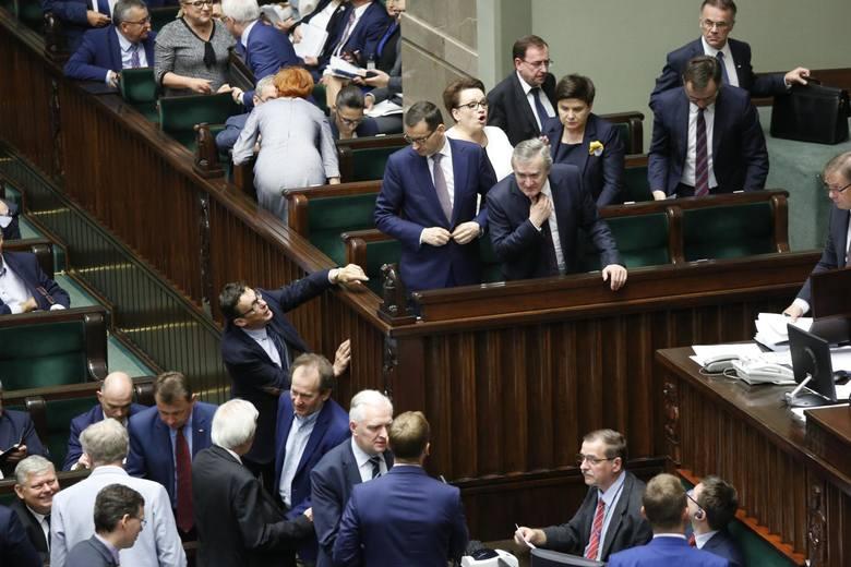 Wybory parlamentarne. Spada poparcie dla PiS, rośnie dla opozycji