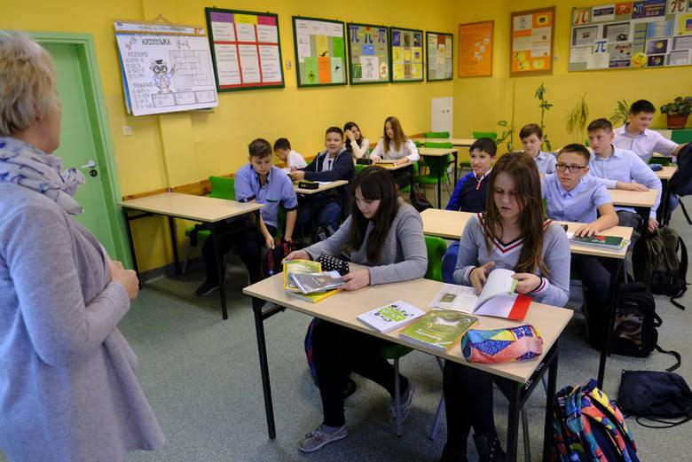 Szczecin: Zarzuty dla 60-letniego nauczyciela za seks z 16-letnią uczennicą