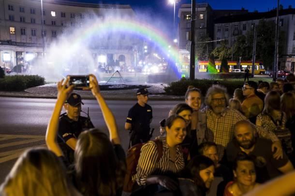 Warszawa: Tęcza znów na placu Zbawiciela. Symbol tandety? [ZDJĘCIA]