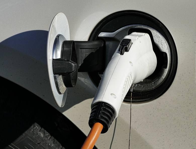 Poczta Polska i Energa zbudują punkty ładowania samochodów elektrycznych