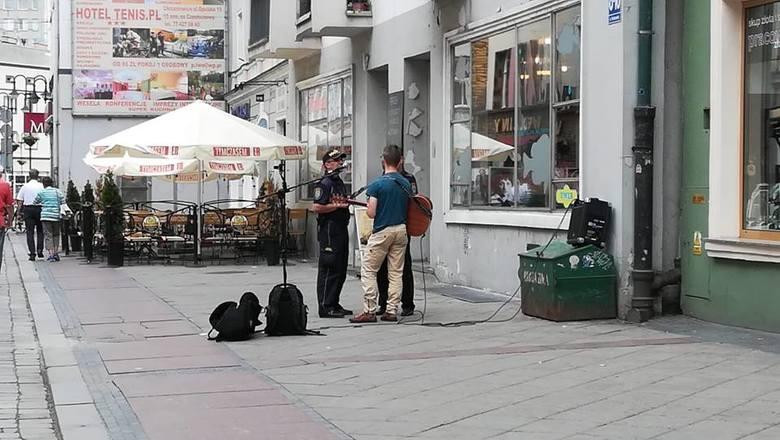 """Interwencja Straży Miejskiej w sprawie występu muzyka na ulicy Krakowskiej w Opolu. """"I to jest stolica polskiej piosenki?!"""""""