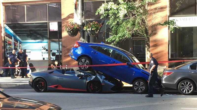 Lamborghini wjechało pod zaparkowany samochód