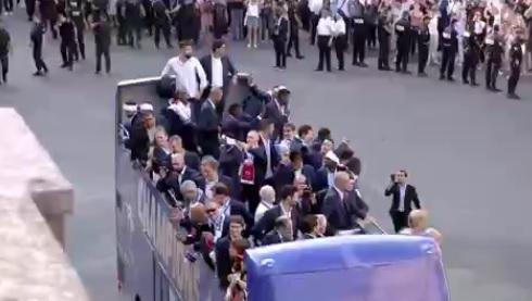 Francja wita swoich mistrzów. Piłkarze w Pałacu Elizejskim [film]