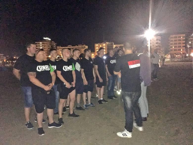 ONR patroluje plaże w Rimini we Włoszech, gdzie afrykańscy imigranci rok temu brutalnie napadli na polską parę