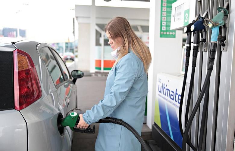 Droższe wakacje, bo droga benzyna. Za paliwo płacimy więcej niż przed rokiem
