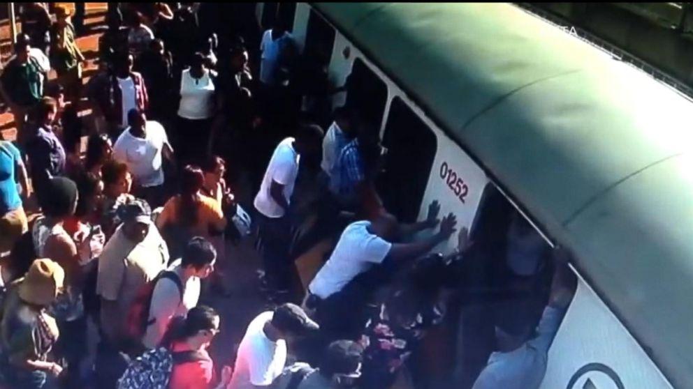 Podróżni w Bostonie popchnęli pociąg, żeby uwolnić pasażerkę (wideo)