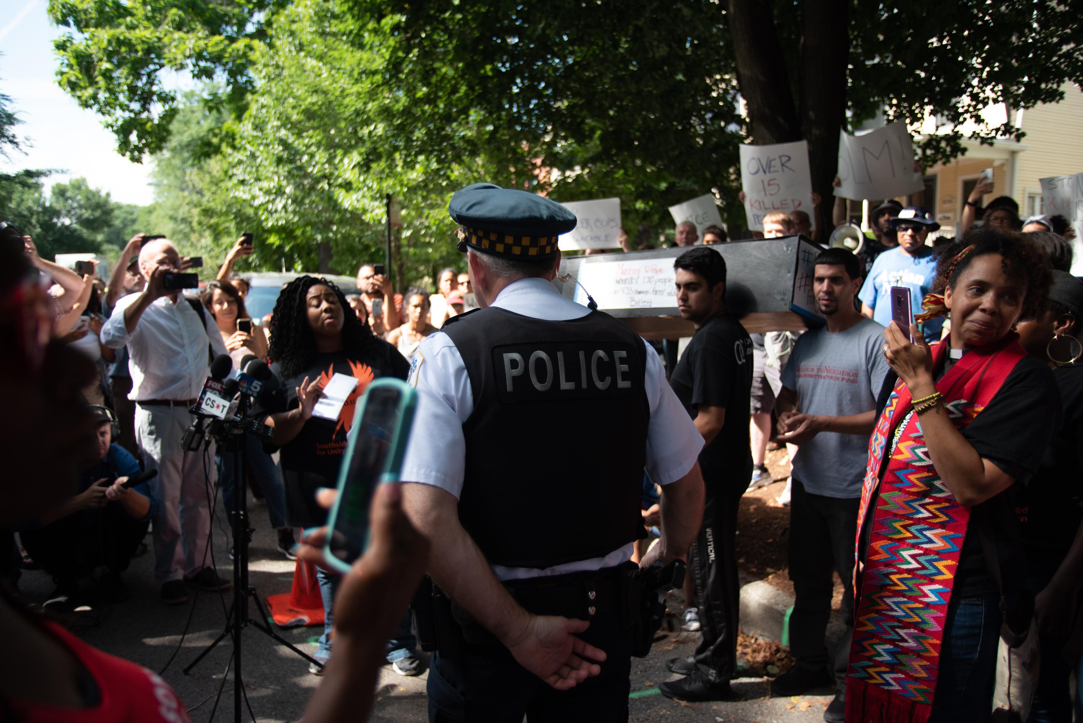 Protest przed domem burmistrza Rahma Emanuela