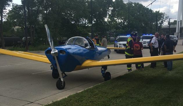 Awaryjne lądowanie małego samolotu na Lake Shore Drive