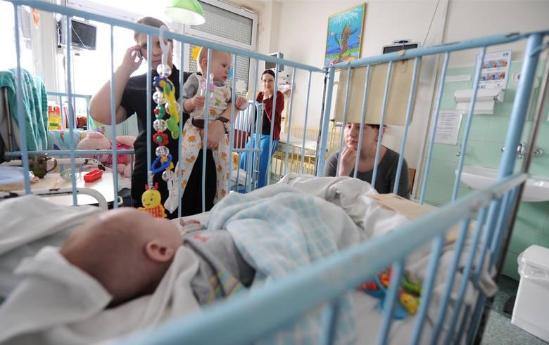 Rząd chce ułatwić życie rodzicom chorych dzieci, którzy czuwają w szpitalu przy ich łóżkach