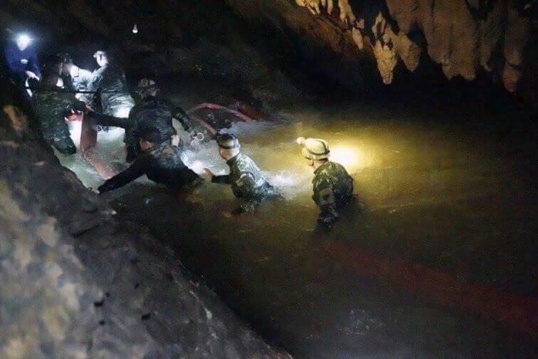 Tajlandia: Z zalanej jaskini uratowano jedenastego chłopca