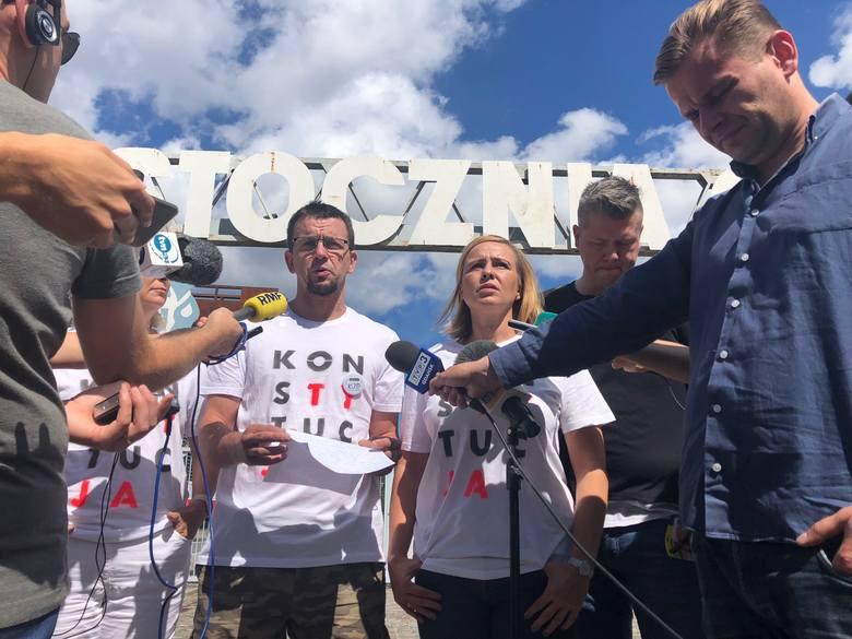 """Działacze KOD przyznają się, że to oni dwukrotnie ubrali pomnik Lecha Kaczyńskiego w koszulki z napisem """"Konstytucja"""""""
