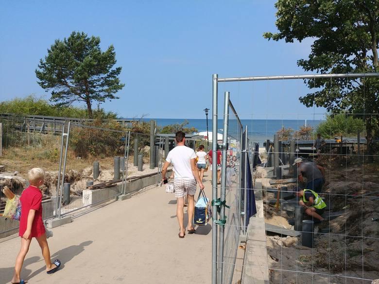 Plażowicze uciekają z plaży, turyści rezygnują z kwater. W Międzyzdrojach wczasowicze mają dość
