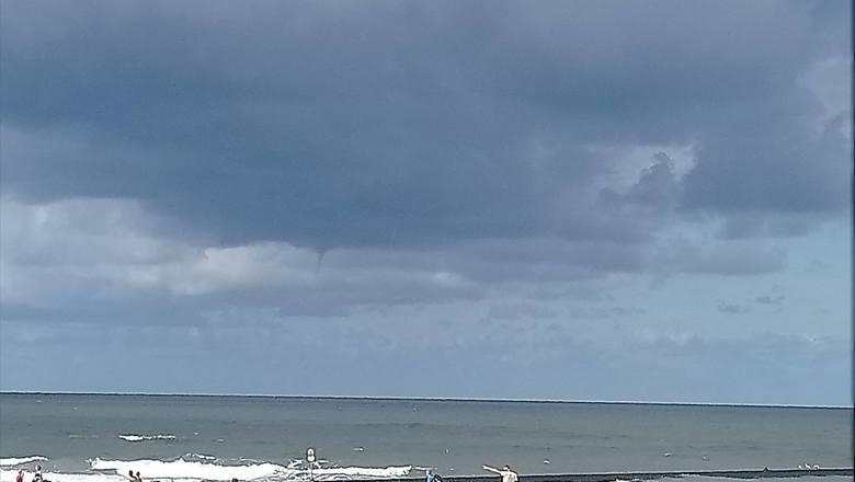 W Ustce zaobserwowano trąby wodne nad Bałtykiem [zdjęcia]