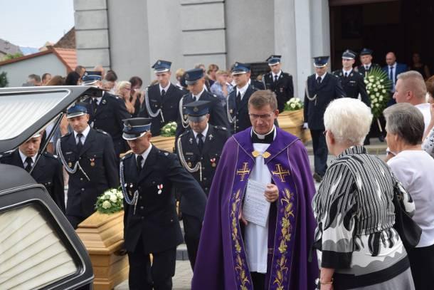Ostatnie pożegnanie tragicznie zmarłego rodzeństwa z Sulmierzyc, które utonęło podczas wakacji nad Bałtykiem