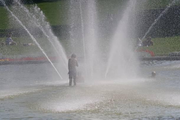 Kąpiel w fontannie? Lepiej tego nie rób…