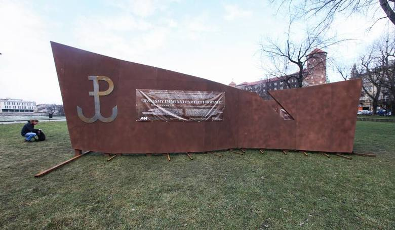 Kraków: Kombatanci oburzeni unieważnieniem przetargu na budowę pomnika AK