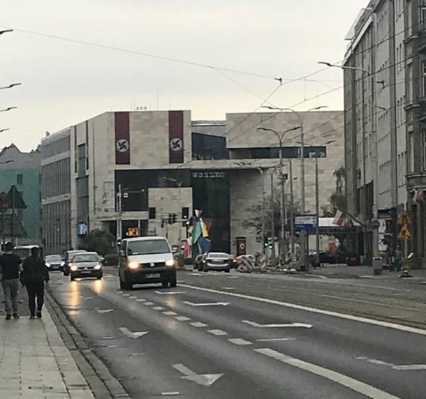 Wrocław: Banery wiszące na Teatrze Muzycznym Capitol przypominają nazistowskie symbole!