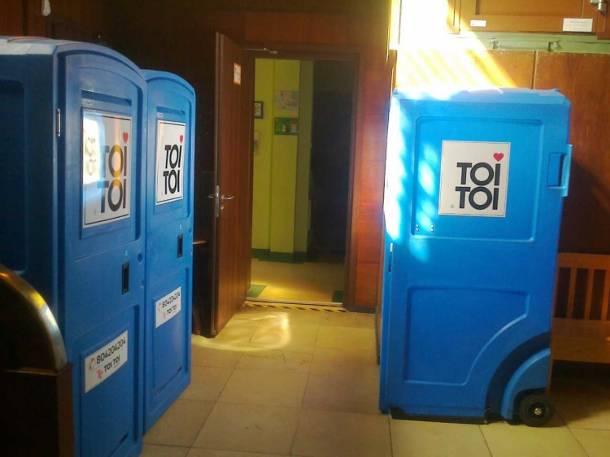Szczecin: Zamiast toalety w przedszkolu postawili TOI TOI-e. Rodzice są w szoku