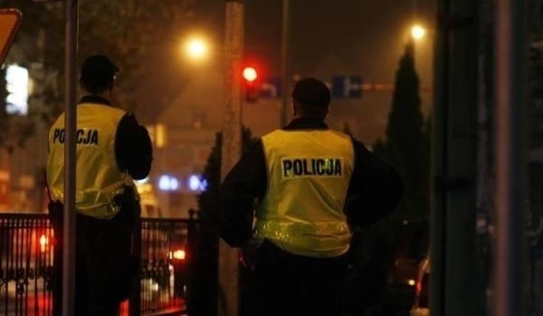 Poznań: Rzucił się na policjantów z nożem i młotem budowlanym. Padły strzały na ul. Głównej