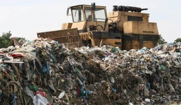 Lubelskie: Tysiące ton gnijącej odzieży na działce