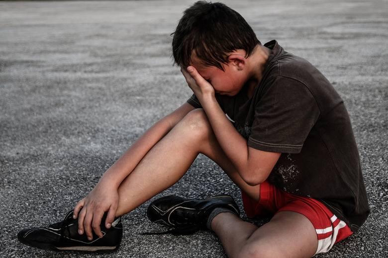 Atak, który trudno wyjaśnić! Łódzkie: Tragedia w Głownie. W piaskownicy 10-latek pociął nożem twarz 5-latkowi