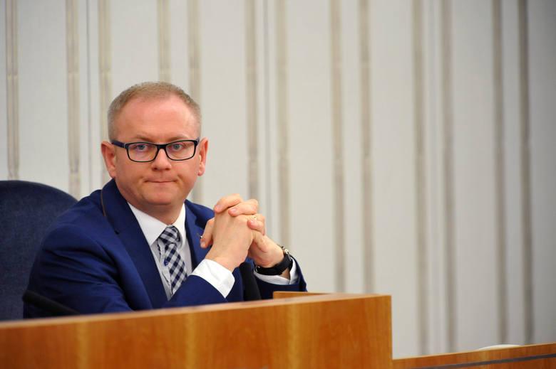 Poznański oszust Piotr K. unika więzienia. Pomogli mu kurator i senator PiS?